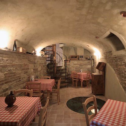 Cantina winery hotel degustazioni fabriano vini etichette locale albergo soggiorno-min