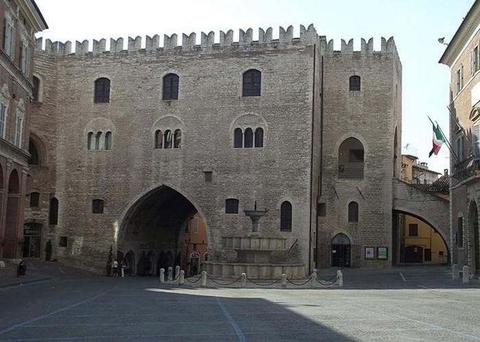 Fabriano cosa vedere Piazza Comune Palazzo Podestà 1255